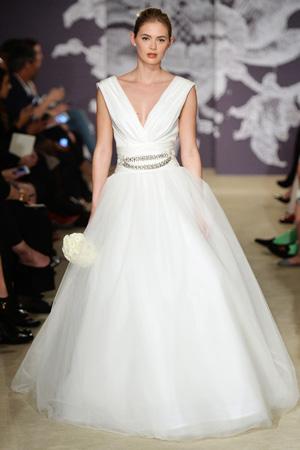 Пышное свадебное платье с V-образным вырезом – фото весна лето 2015 Carolina Herrera