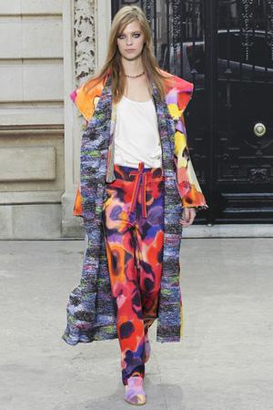 Длинное пальто Chanel весна лето 2015 с разноцветными модными брюками 2015 и белым топом