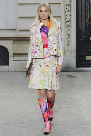 Юбка и жакет с яркими сапогами и с таким же принтом рубашка – образ Chanel 2015 весна лето