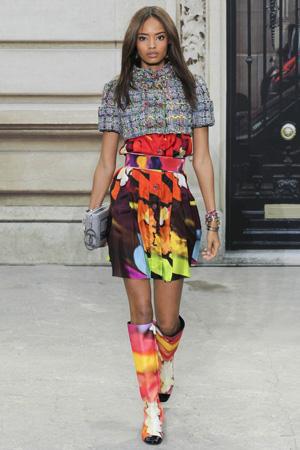 Короткий жакет в стиле Chanel с разноцветным платьем