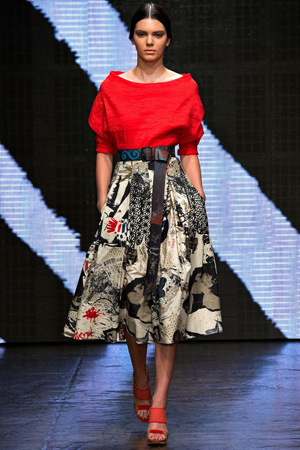 Красная модная блузка весна лето 2015 с длинной пышной юбкой - Donna Karan