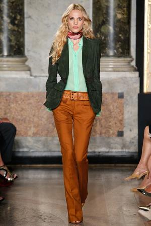 Приталенный модный пиджак весна лето 2015 с модной рубашкой 2015 и коричневыми брюками - Emilio Pucci