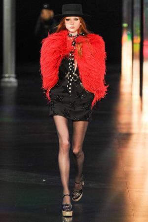 Меховая красная накидка с черным платьем – Saint Laurent
