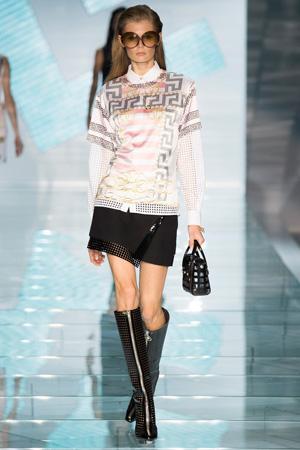 Модная объемная кофта с короткой черной юбкой Versace
