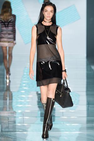 Сетка дополнена кожаными вставками – это неверное сочетание коллекции Versace 2015