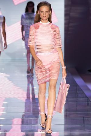 Розовый модный костюм из сетки Версаче 2015