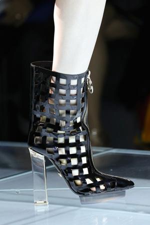 Модные сапоги 2015 с имитацией сетки и прозрачными каблуками – Versace