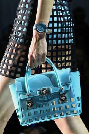 Голубая сумка Versace весна лето 2015