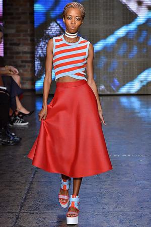 Длинная красная модная юбка весна лето 2015 DKNY с кофтой в полоску