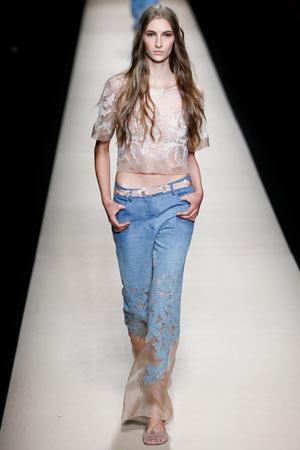 Модные джинсы 2015 с коротким топом с кружевом – фото мода весна лето 2015 Alberta Ferretti