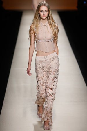 Брюки с ажурными цветами и короткой модной рубашкой 2015 – фото Alberta Ferretti