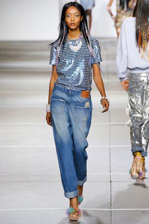 Широкие модный джинсы бойфренды с блестящей футболкой – Ashish весна лето 2015