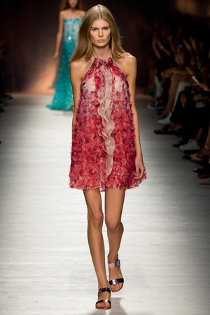 Летнее модное платье 2015 с красными лепестками - Blumarine