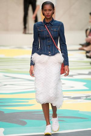 Модная джинсовка 2015 с прямой юбкой и кроссовками – Burberry Prorsum