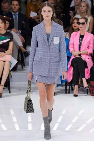 Классический женский костюм с длинным пиджаком и юбкой Christian Dior весна лето 2015