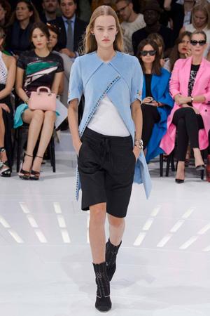 Голубая длинная жилетка с классическими шортами и вязаными сапогами – фото Christian Dior весна лето 2015