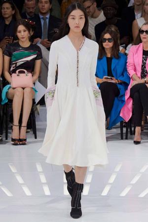 Длинное расклешенное белое платье – Christian Dior весна лето 2015