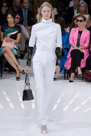 Белые модные брюки с белой водолазкой Christian Dior весна лето 2015