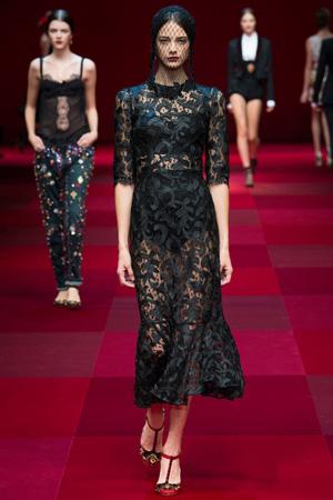 Кружевное черное платье с вуалью на голове – модный лук весна лето 2015 от Dolce & Gabbana