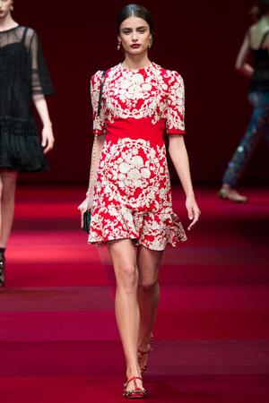 Красное платье с белыми цветами от Dolce & Gabbana весна лето 2015