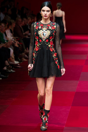 Черное платье расшито цветами