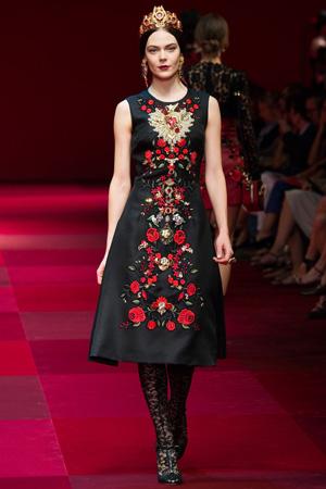 Длинное платье со стразами и короной на голове – Dolce & Gabbana