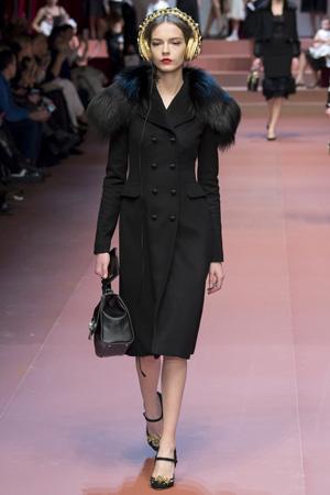 Модное пальто с меховым воротником фото Dolce & Gabbana осень-зима 2015-2016