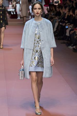Голубое платье с голубой шубкой Dolce & Gabbana осень-зима 2015-2016