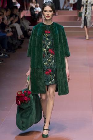 Зеленое платье с цветочным принтом и зеленой шубкой и меховой зеленой сумкой Dolce & Gabbana осень-зима 2015-2016