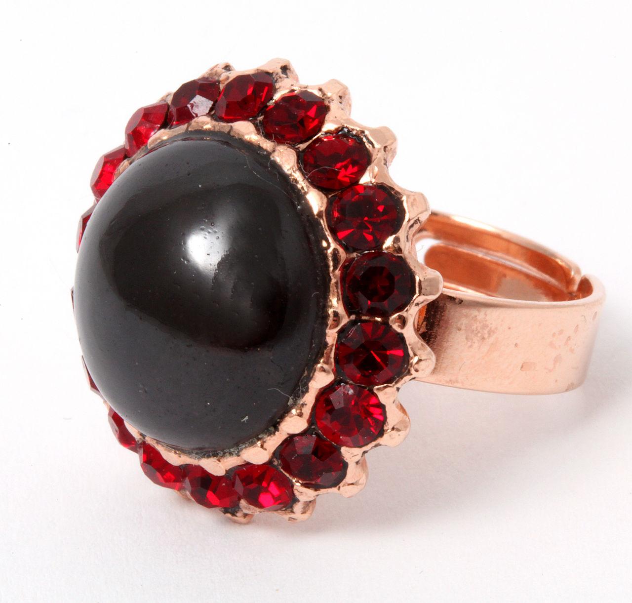 Красивое кольцо с камнем гранат
