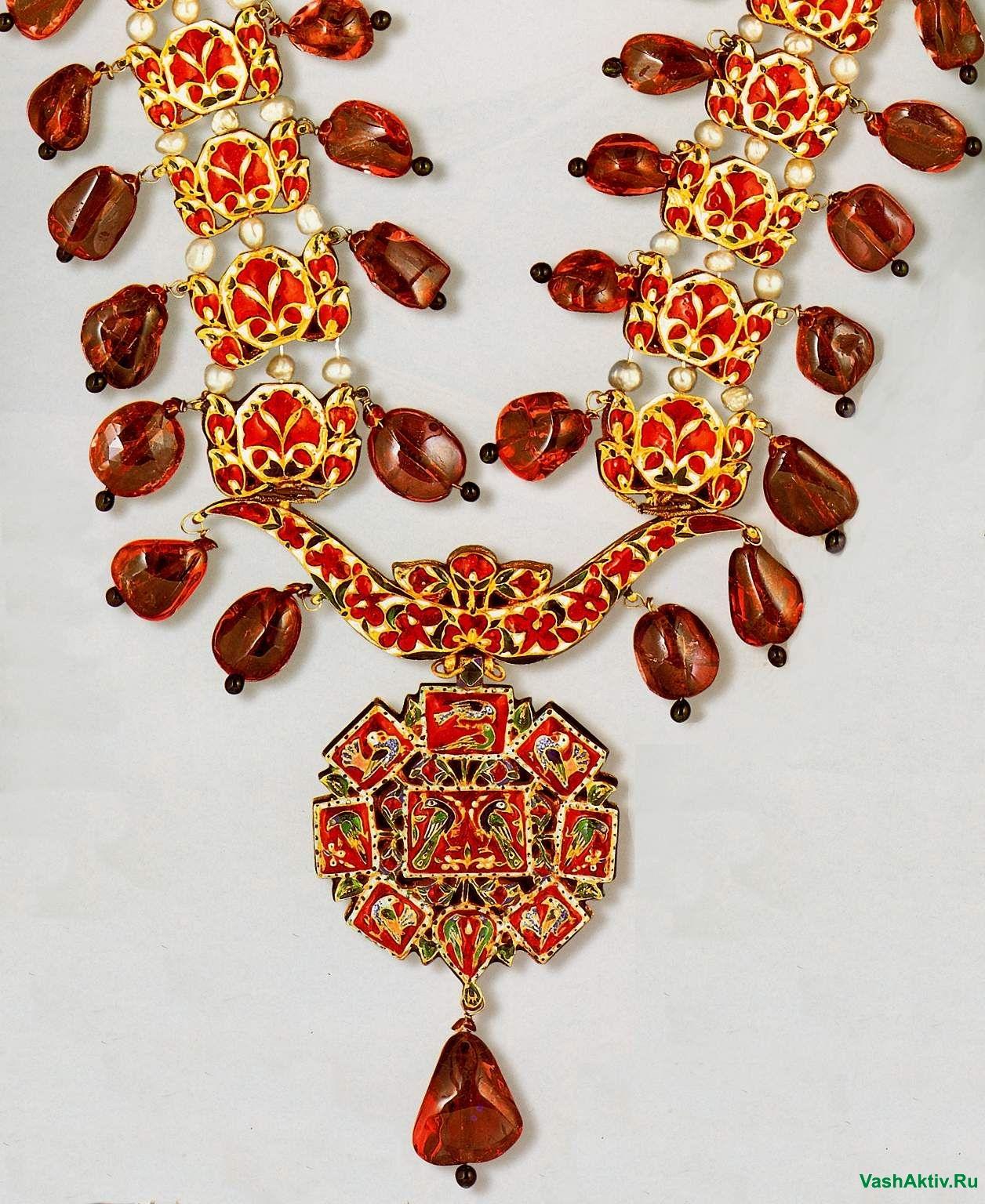 Необычное украшение с камнем красный гранат
