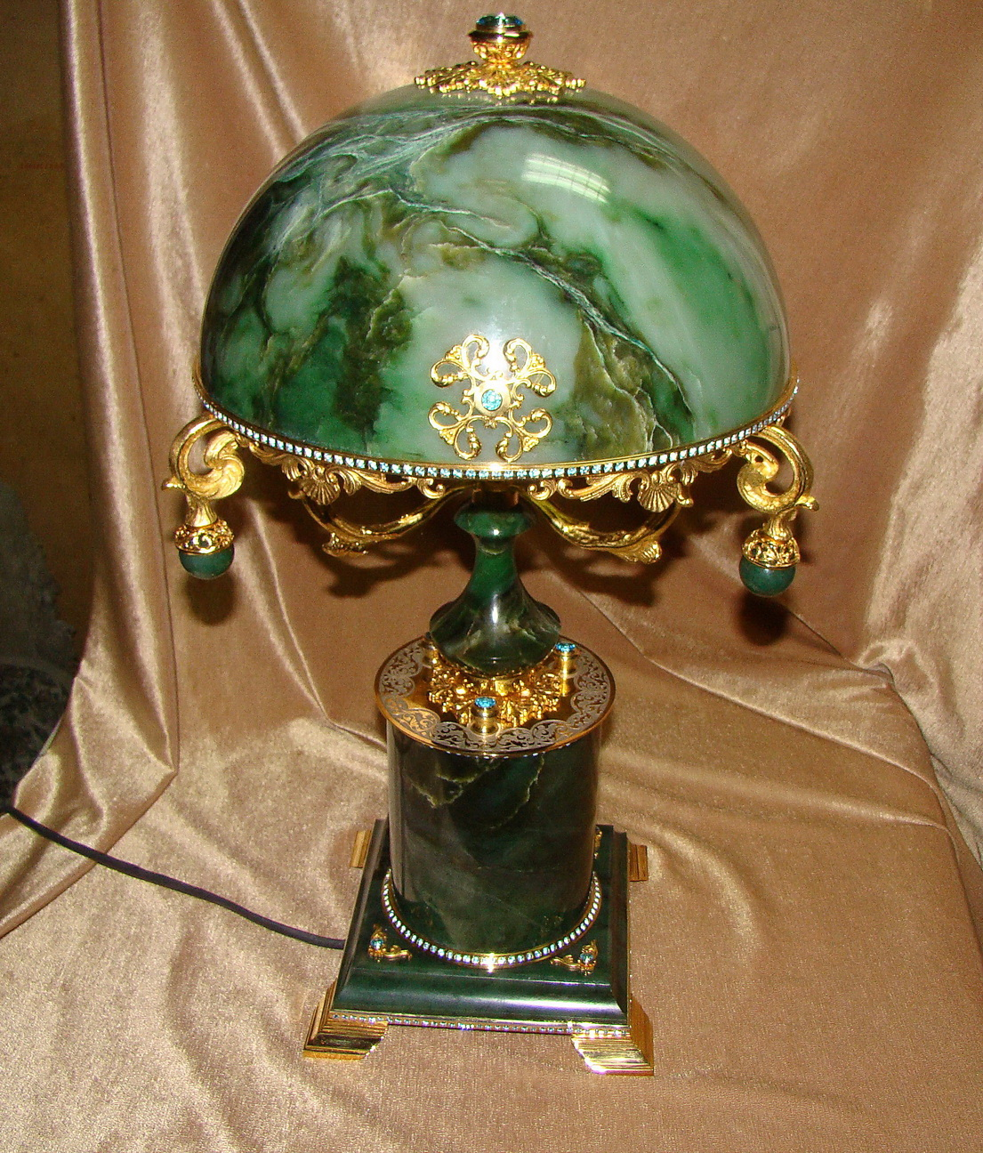 Лампа из камня нефрит