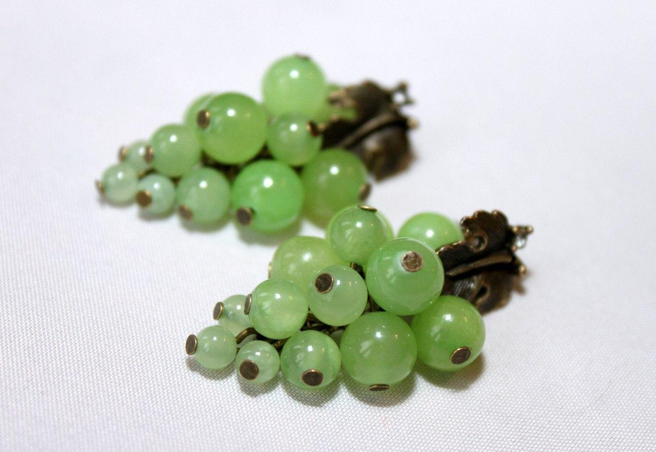 Ювелирные украшения из зеленого камня оникс.
