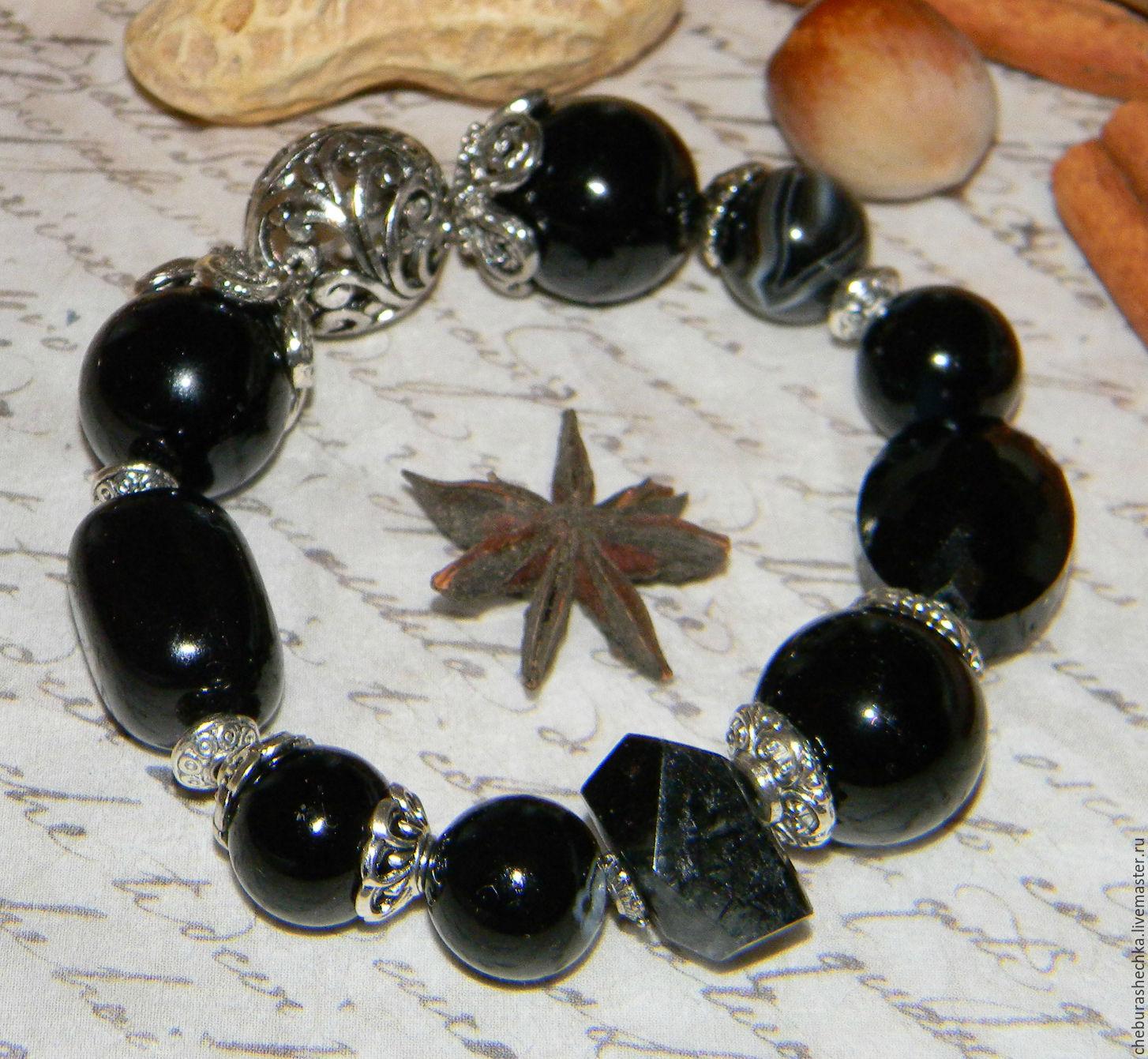 Ювелирные украшения из черного камня оникс.