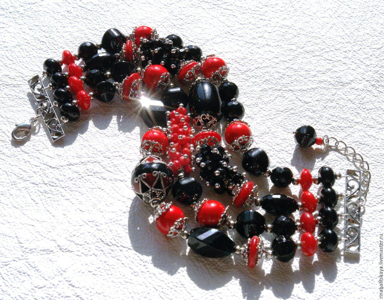 Ювелирные украшения из разновидностей камней оникс.