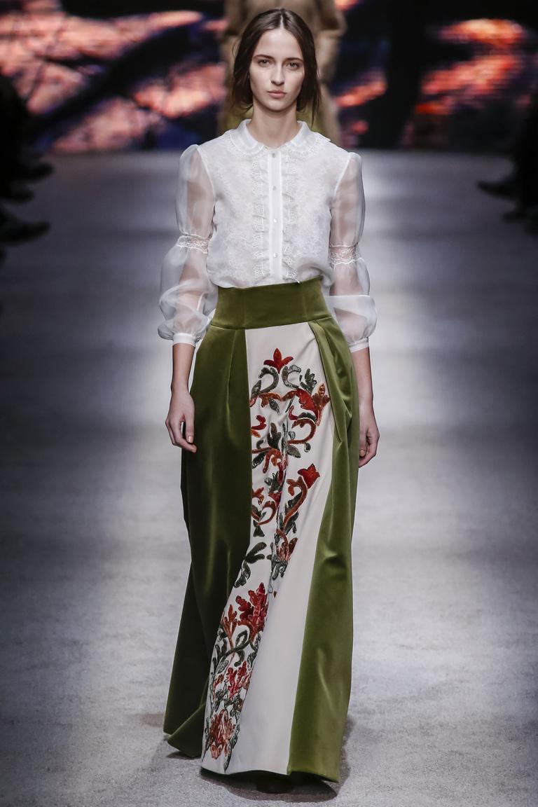 Длинная модная юбка 2016 в стиле барокко – фото новинка в коллекции Alberta Ferretti. Стиль барокко очень популярен в этом сезоне, его широко представили и на платьях.