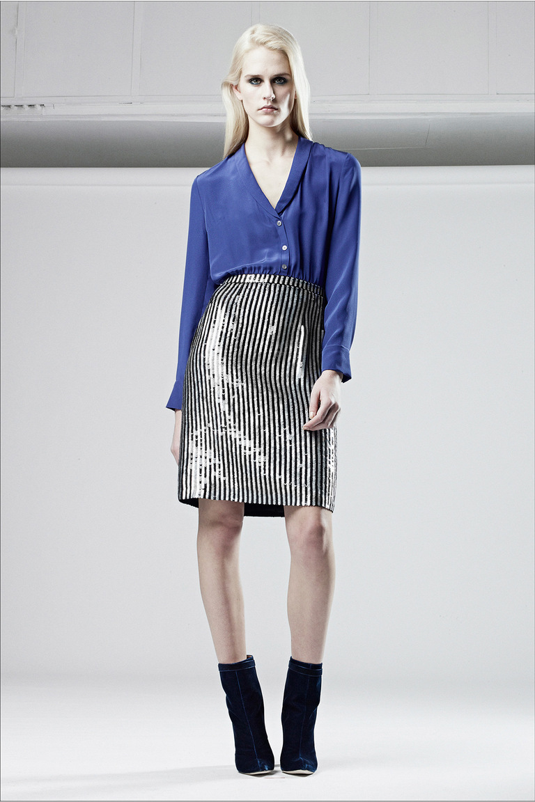 Прямая модная юбка 2016 в полоску от Alexander Lewis с синей модной рубашкой