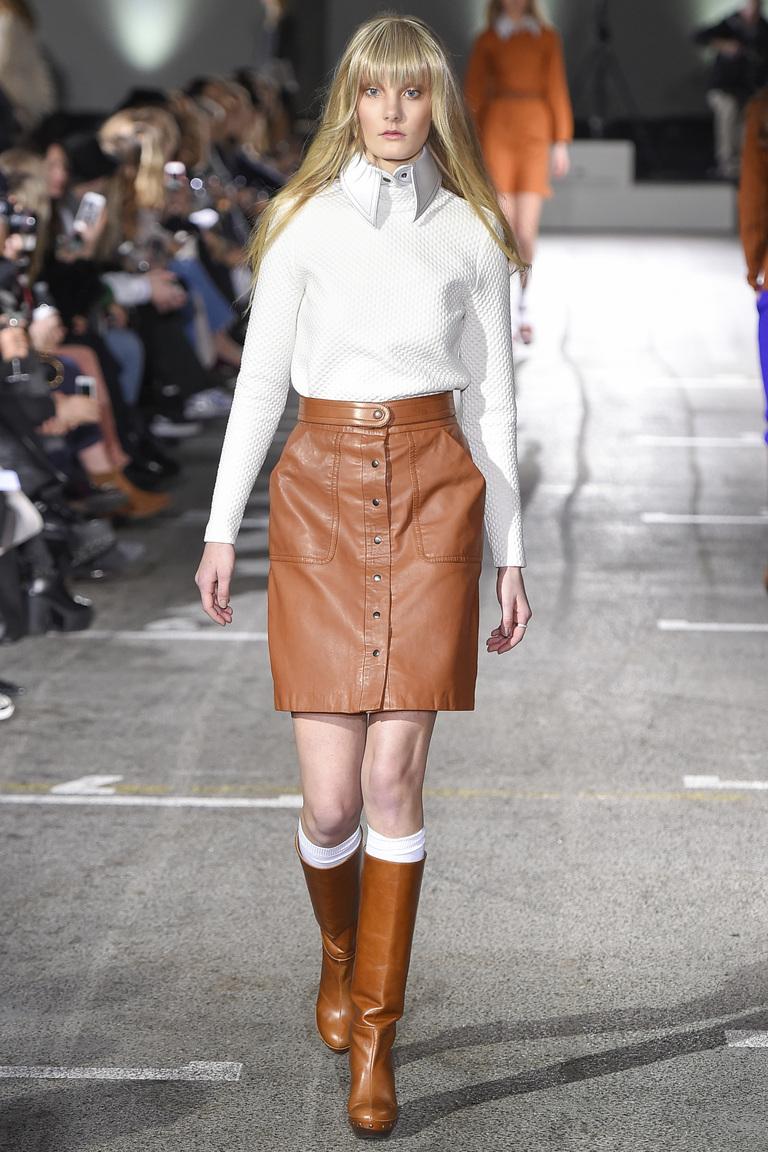 Коричневая кожаная модная юбка 2016 на пуговицах с белой рубашкой и коричневыми модными сапогами – фото Designers Remix