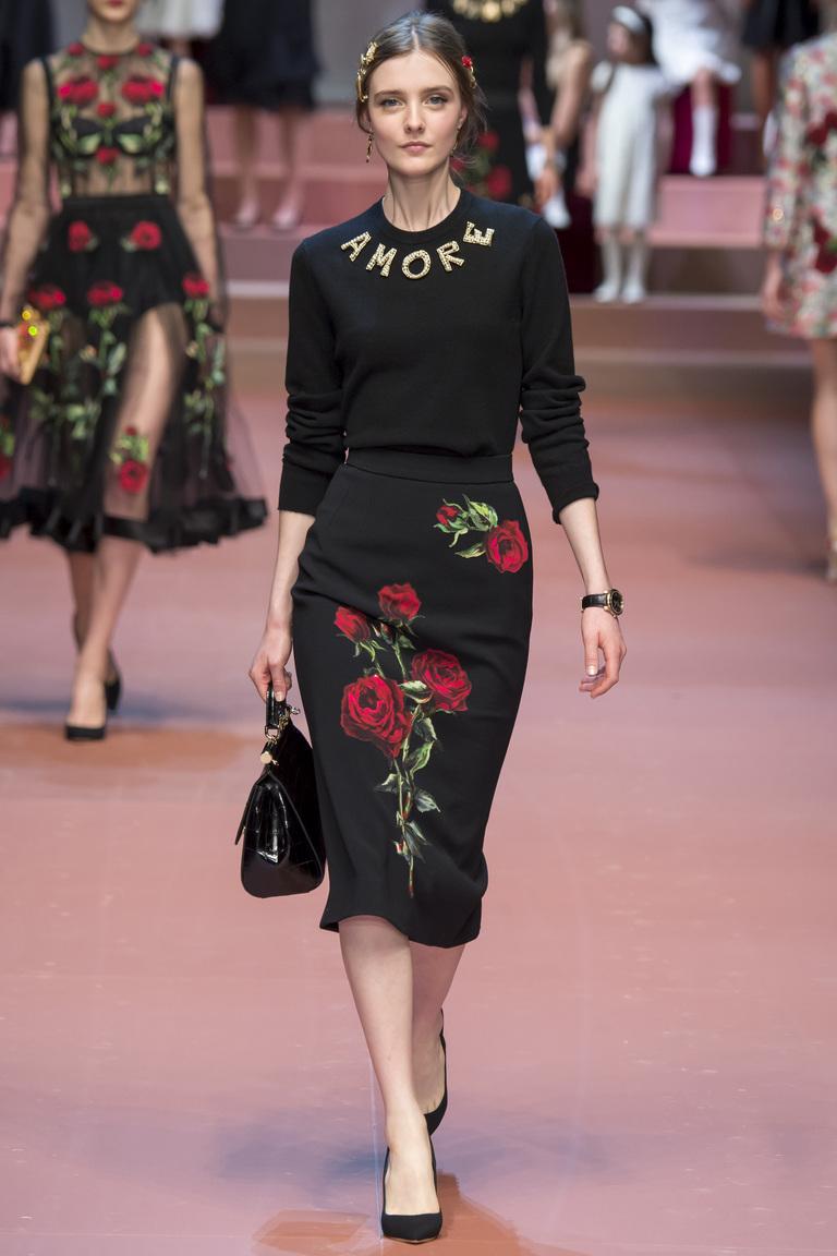 Красивая длинная модная юбка 2016 с розами и черной модной кофтой – фото новинки от Dolce & Gabbana