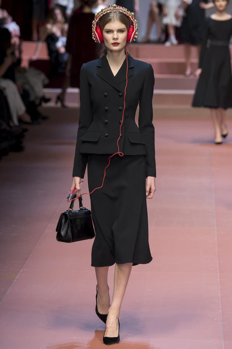 Длинная обтягивающая меховая юбка 2016 - фото новинка в коллекции Dolce & Gabbana с модной кофтой и аксессуаром наушниками