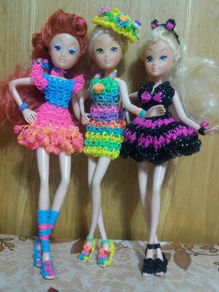 Куклы в яркой одежде из резинок. Автор – Елена Заславская