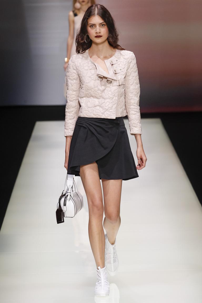 Короткая модная юбка 2016 с запахом – фото коллекции Emporio Armani