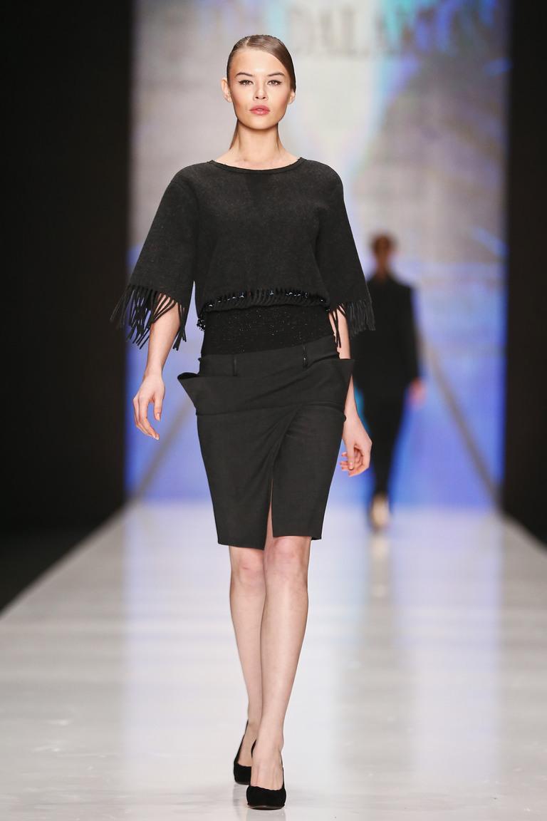 Черная модная в 2016 году юбка карандаш с боковыми карманами – фото новинка в коллекции Julia Dalakian