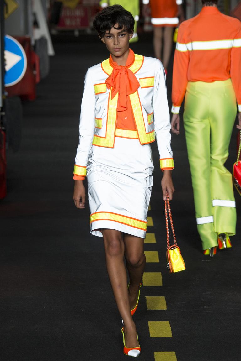 Фасон модной юбки 2016 карандаш – фото коллекции Moschino