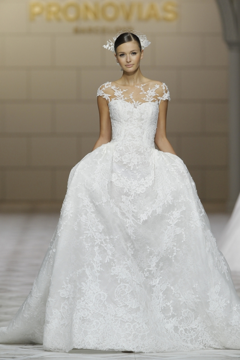 Пышное длинное модное свадебное платье 2016 - фото новинки от PRONOVIAS