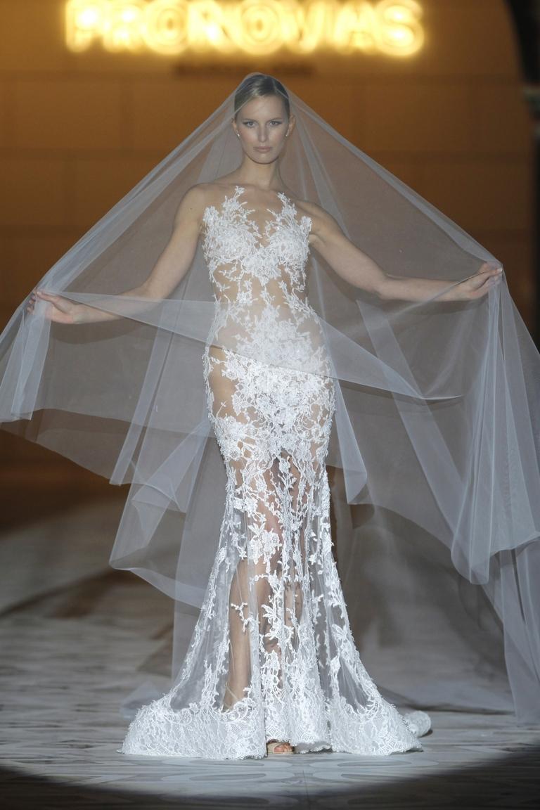Красивое модное свадебное платье с длинной фатой 2016 - фото новинки от PRONOVIAS