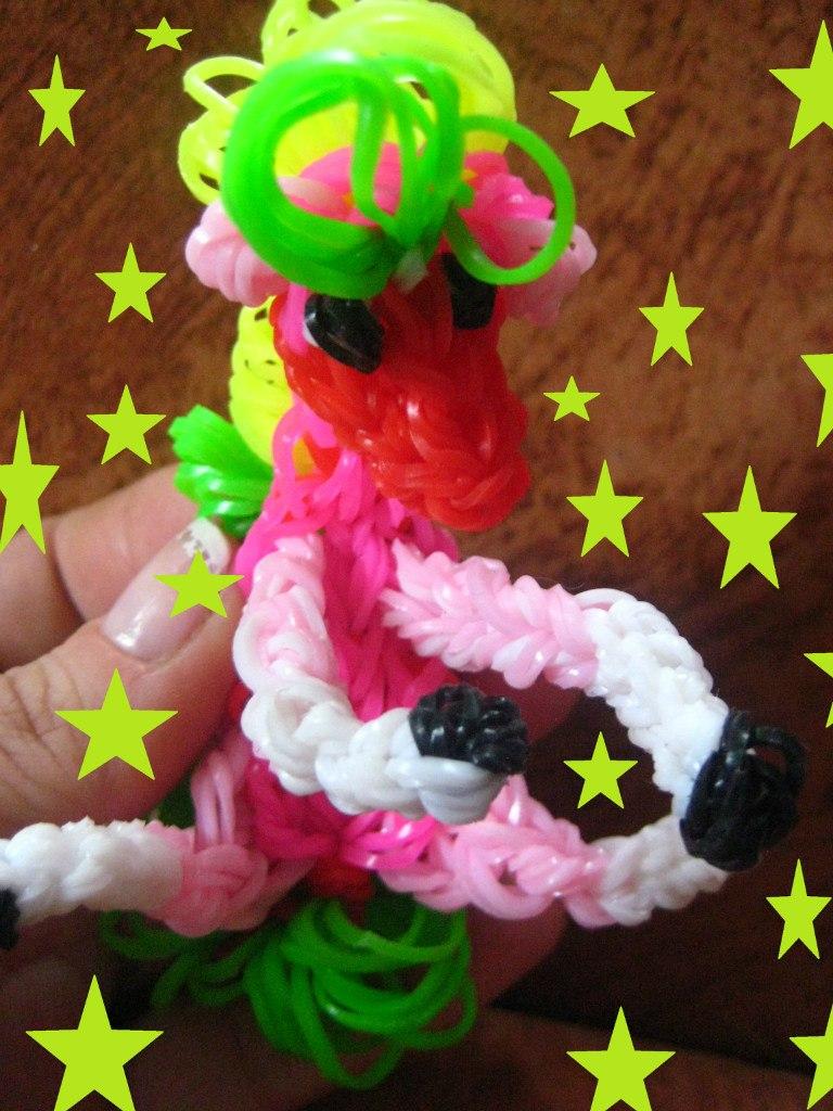 Лошадь – игрушка из резинок. Автор – Стас Плутахин