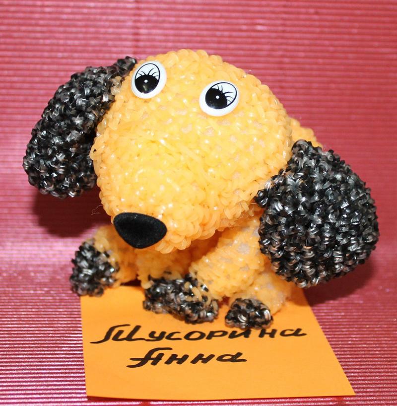 Сделанная из резинок собака. Автор игрушки – Анна Мусорина