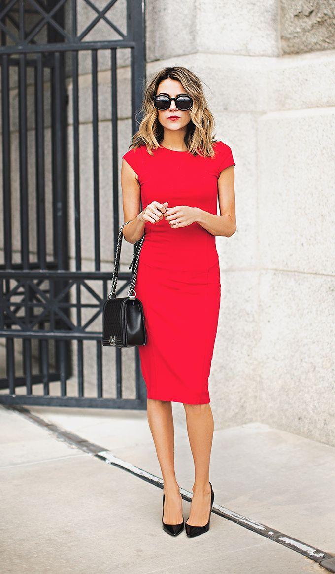 На фото: красное платье