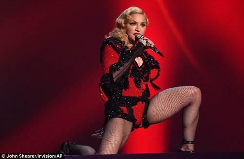Мадонна покорила всех своим выходом на красную дорожку церемонии Гремми.